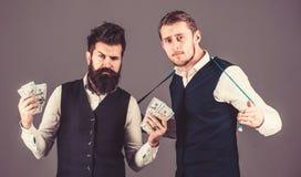 Skräddaren och affärsmannen rymmer kassa, pengar, betalning arkivfoton