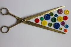 Skräddaren scissors och färgade knappar Royaltyfria Bilder