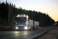 Skräddarsy Skåne ljus på den mörka lantliga vägen Royaltyfri Fotografi