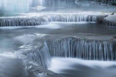 Skrällandelandskap med den Erawan vattenfallet 2011 längs service för reparationen för järnväg för fotoet för flyttningar för den Arkivbild