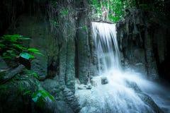 Skrällandelandskap med den Erawan vattenfallet 2011 längs service för reparationen för järnväg för fotoet för flyttningar för den Royaltyfri Bild