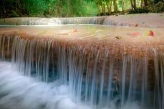 Skrällandelandskap med den Erawan vattenfallet 2011 längs service för reparationen för järnväg för fotoet för flyttningar för den Fotografering för Bildbyråer