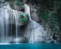 Skrällandelandskap med den Erawan vattenfallet 2011 längs service för reparationen för järnväg för fotoet för flyttningar för den Royaltyfria Bilder