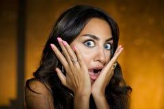 skrämd förvånad flickastående för closeup royaltyfri fotografi