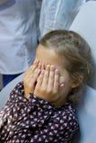 Skrämd flicka på tandläkaren Fotografering för Bildbyråer