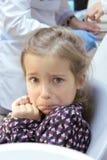 Skrämd flicka på tandläkaren Arkivfoto