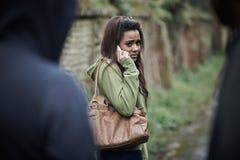 Skrämd känsla för tonårs- flicka, som hon går hem Arkivfoton
