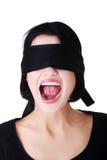 Skrämd kvinna med den svarta musikbandet på ögon Arkivbild