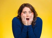 Skrämd kvinna som ser chockad som förvånas Arkivfoton