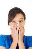 Skrämd kvinnabeläggning med händer hennes mun Arkivfoton