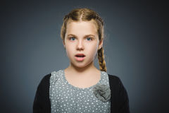 Skrämd och chockad liten flicka för Closeup Mänskligt sinnesrörelseframsidauttryck arkivbilder