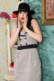 Skrämd skrikig retro modell i budoar Fotografering för Bildbyråer