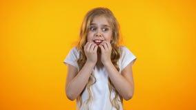 Skrämde extremt skolflickan som omkring ser, barnsliga skräck, psykologi stock video