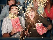 skrämmd spill för par popcorn Royaltyfri Fotografi