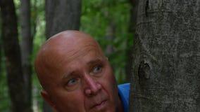 Skrämt skrämt köra för man och dölja i skogen stock video