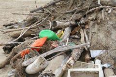 skräp och dött trä med smuts och stycken av plast- samlade nolla Royaltyfria Bilder