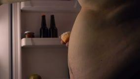 Skräpmat missbrukade att äta för person som var sött, och hög-fett mål från kylen på natten lager videofilmer