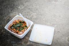 Skräpmat stekt ris, stekt griskött med basilika i plast- ask Royaltyfri Foto