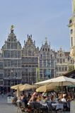 Skråhus med klev gavlar och den Brabo springbrunnen, Antwerp, Belgien Arkivfoto