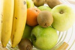 Skråla mycket av olika frukter på den vita bakgrunden Arkivbild