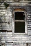 skröpligt gammalt fönster Arkivbild
