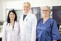 Säkra medicinska Team Standing Together In Clinic Arkivbilder