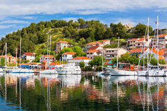Skradin är en liten historisk stad i Kroatien Fotografering för Bildbyråer