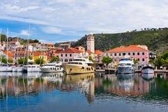 Skradin är en liten historisk stad i Kroatien Royaltyfri Bild