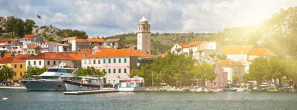 Skradin è una piccola città storica in Croazia immagini stock