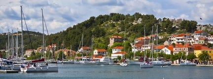 Skradin è una piccola città storica in Croazia immagine stock libera da diritti