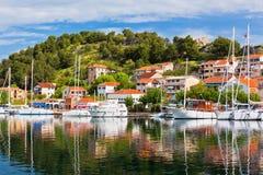 Skradin es una pequeña ciudad histórica en Croacia imagen de archivo