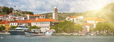 Skradin est une petite ville historique en Croatie images stock