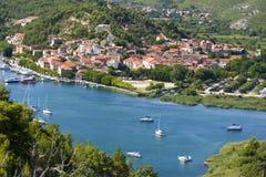 Skradin - kleine Stadt auf adriatischer Küste Stockbild