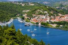Skradin - liten stad på den Adriatiska havet kusten i Kroatien, på entranen Arkivbild