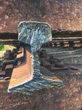 Skradziony poręcz Szczegół autogen pochodni cięcia poręcza prącie na betonowym tajnym agencie Naprawa tramwaj Fotografia Royalty Free