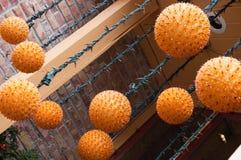 Skraj apelsin som hänger ljusa fasta tillbehör Fotografering för Bildbyråer