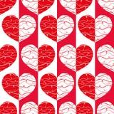 Skraj röda och vita reflekterade hjärtor med klotterlinjer på randig geometrisk bakgrund som sömlös vektormodell royaltyfri illustrationer