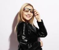 Skraj stilskönhet Bärande exponeringsglas för härlig ung blond kvinna Arkivbild