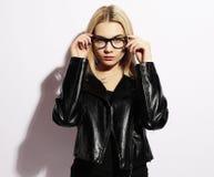 Skraj stilskönhet Bärande exponeringsglas för härlig ung blond kvinna Fotografering för Bildbyråer