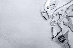Skrapad grå metallisk bakgrund med handhjälpmedel för DIY på den Royaltyfria Foton