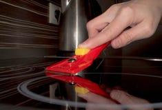 Skrapan för exponeringsglas-keramiskt i handen gör klar hobslutet arkivfoto