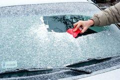 Skrapande fryst windshield Arkivfoto