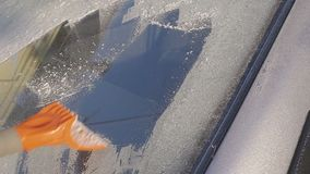 Skrapande is och snö från bilen stock video
