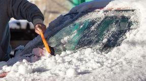 Skrapande snö från bilvinter Arkivfoto