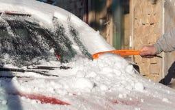 Skrapande snö från bilvinter Royaltyfri Fotografi