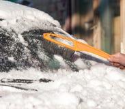 Skrapande snö från bilvinter Royaltyfria Foton