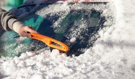 Skrapande snö från bilvinter Arkivfoton