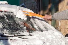 Skrapande snö från bilvinter Arkivbilder