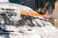 Skrapande snö från bilvinter Arkivbild