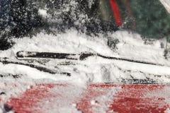 Skrapande snö från bilvinter Royaltyfri Bild